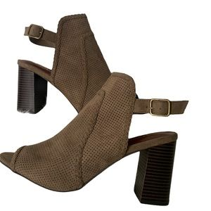 Pat cut-out brown bootie